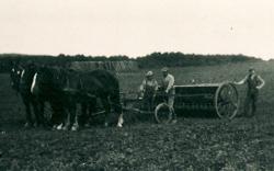 Gerning - Marken bliver sået på Bidstrup 1932