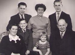 Vollund - Familien samlet med deres 5 børn i 1957, med artiklens forfatter, Elly Poulin i midten