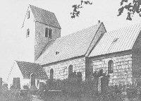 Vorde kirke ligger på kanten af Vorde Bavnehøj. Det hvidkalkede tårn ses viden om og benyttes af skippere og fiskere som sømærke.