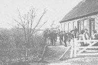 Eleverne er lukket ud til frikvarter i Fiskbæk 1907. I baggrunden kirken med det karakteristiske løgformede spir på tårnet.