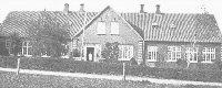 Skolen i Vorde er imponerende med fire skorstene. Førstelæreren boede midt i huset. Forskolen var bag de tre vinduer til højre, hoveddøren bag de fire vinduer til venstre. Læreren boede i taglejligheden til venstre.